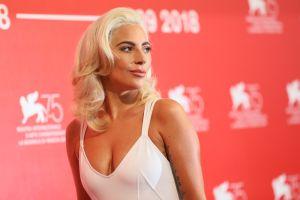 Lady Gaga expone sus tatuajes con un pequeño top blanco y se deja ver como pocas veces