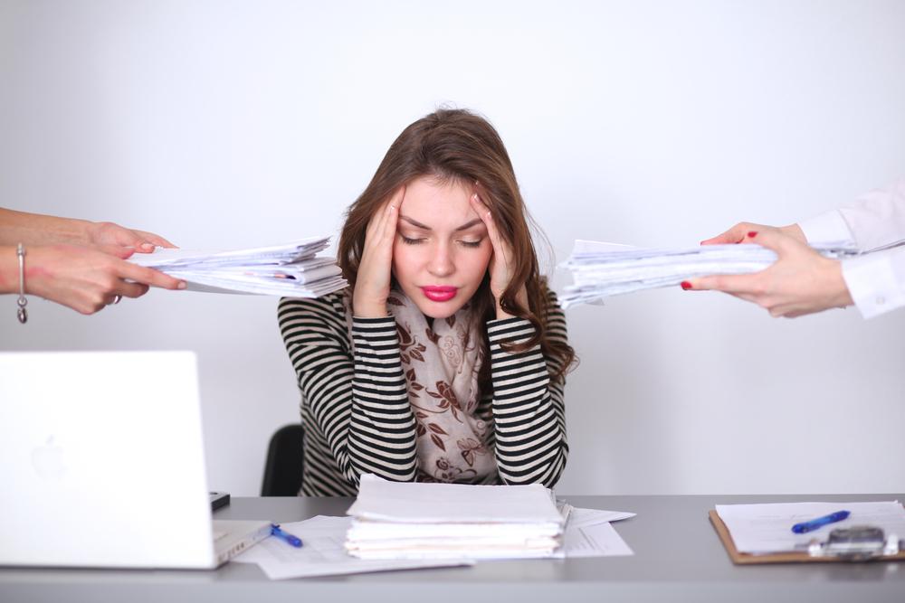 En momentos se estrés es de vital importancia evitar alimentos con grasas hidrogenadas y excesos de azúcar o sal, ya que desequilibran el sistema nervioso.