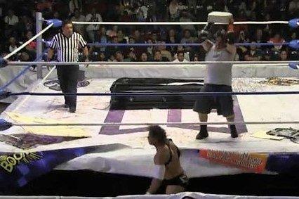 Luchador mexicano enloquece y le lanza un block de concreto en la cabeza a su rival boricua