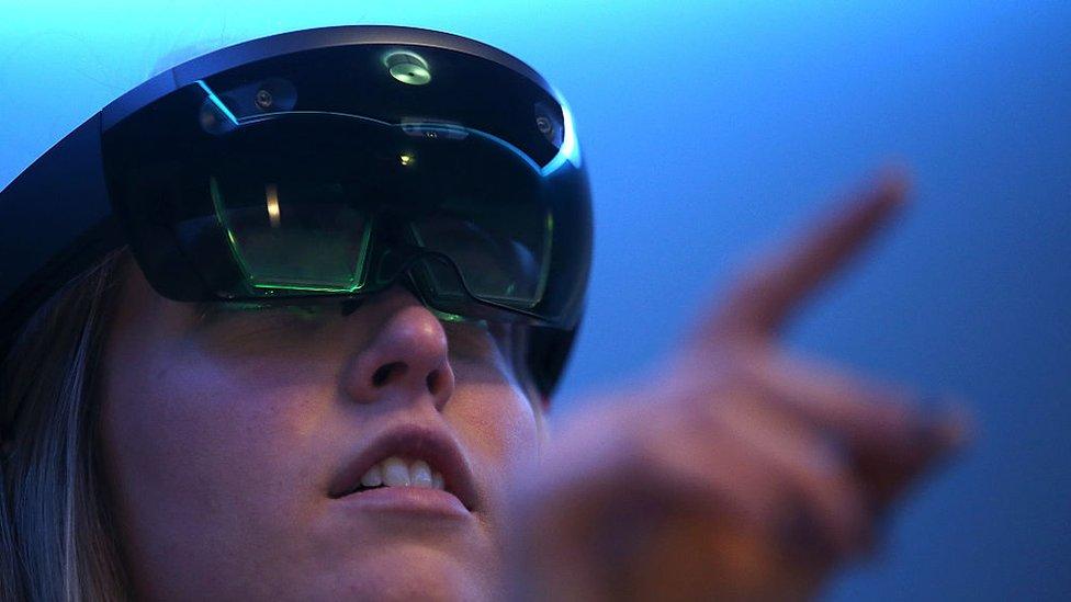 Las gafas Hololens usan realidad mixta.