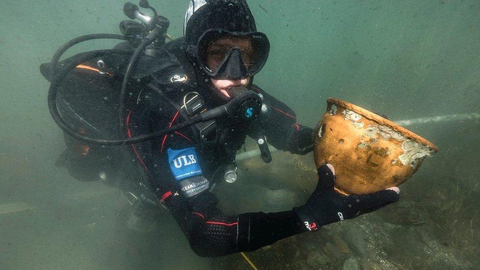 Los buzos han encontrado más de 10 mil objetos en el Lago Titicaca.