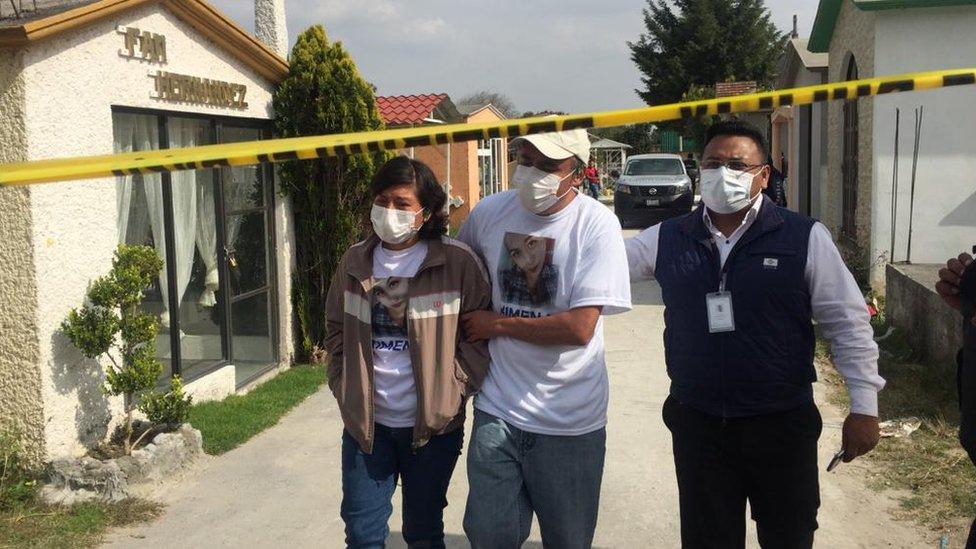 Los padres de Ximena tras identificar su cuerpo en la fosa común.