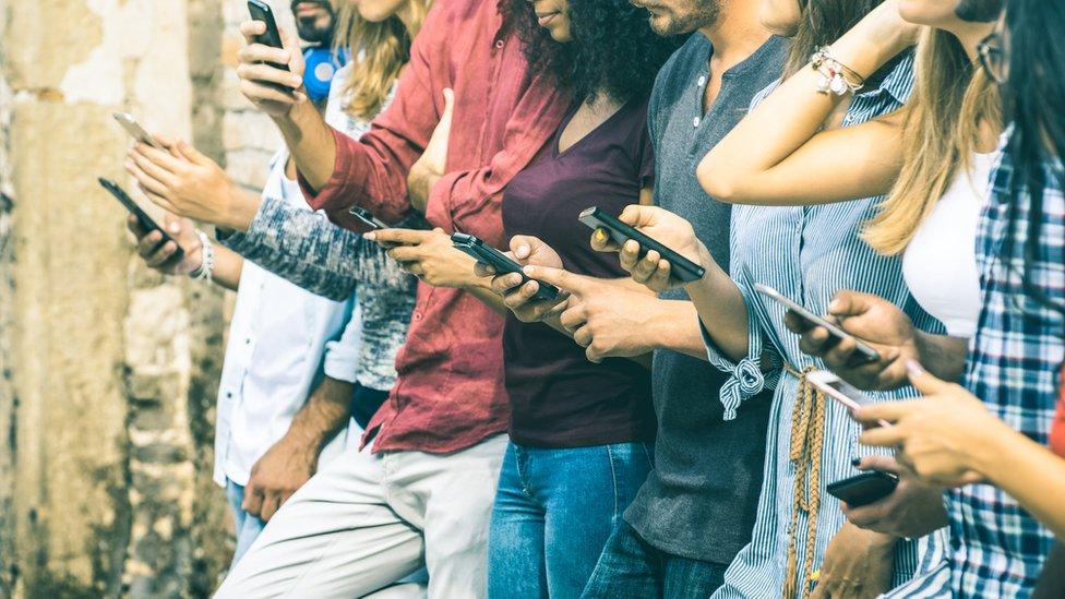 Las razones por las que Google y Apple quieren ayudarte a saber cuánto tiempo pasas con tu celular