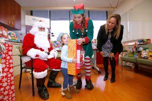 Santa Claus lleva alegría y muchos juguetes a los niños de clínicas AltaMed