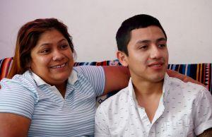 """Joven DACA fue arrestado por agente de ICE que le dijo era """"policía"""". Ahora él demandó a """"La Migra"""""""