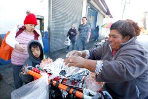 La incansable lucha de dos abuelitos por sobrevivir vendiendo dulces