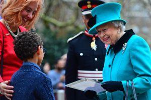 VÍDEO:Niño huye de la reina Isabel II y se hace famoso por ello