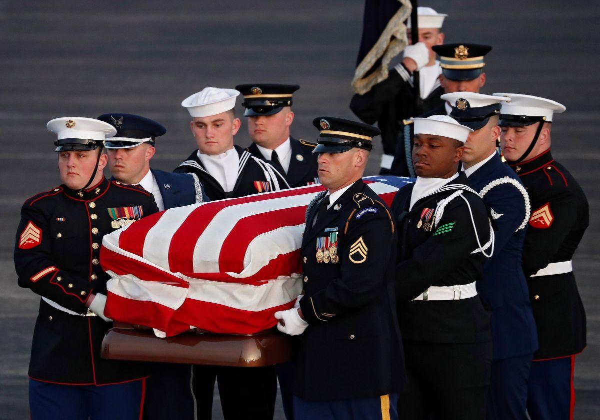 La guardia de honor carga el ataúd de George H.W. Bush.