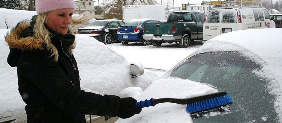 3 herramientas útiles para quitar la nieve de tu auto