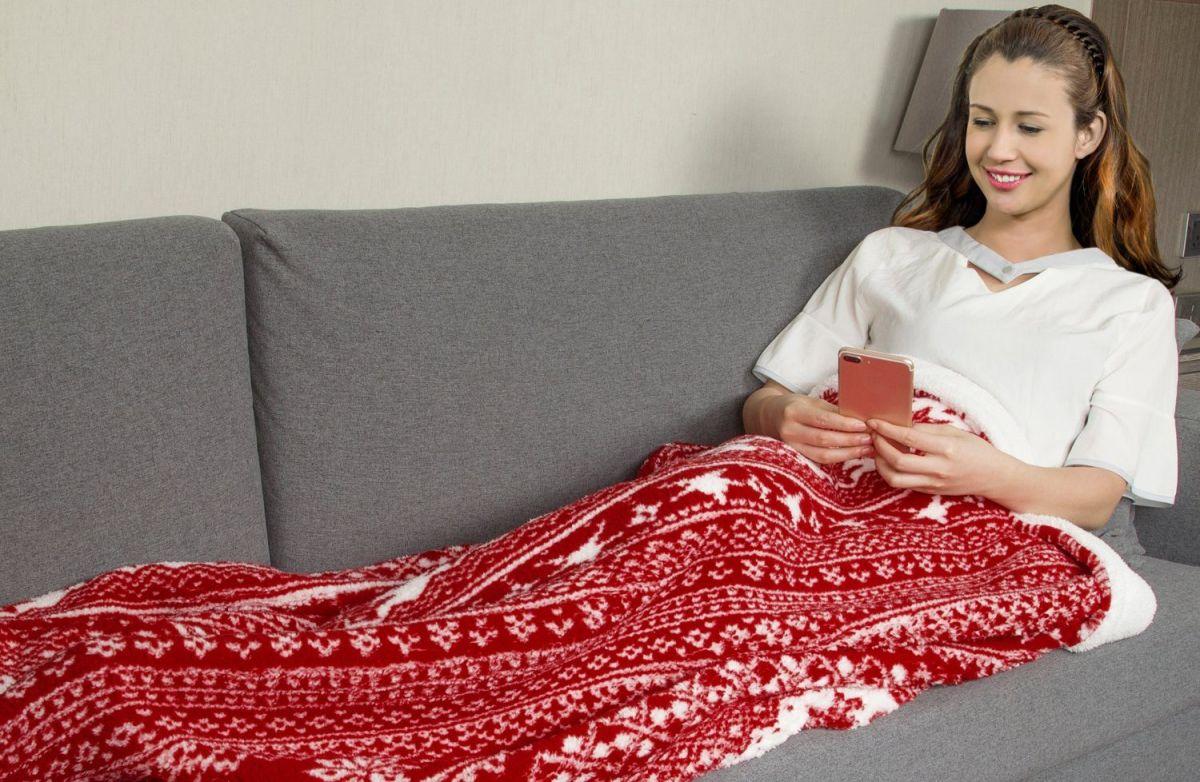 4 mantas navideñas para decorar tu sofá este invierno