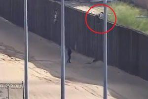 Video capta brutal caída de menor inmigrante al cruzar valla fronteriza con su madre