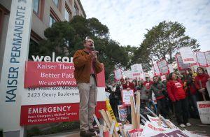 Empleados de Kaiser Permanente protestan por falta de personal en área de salud mental