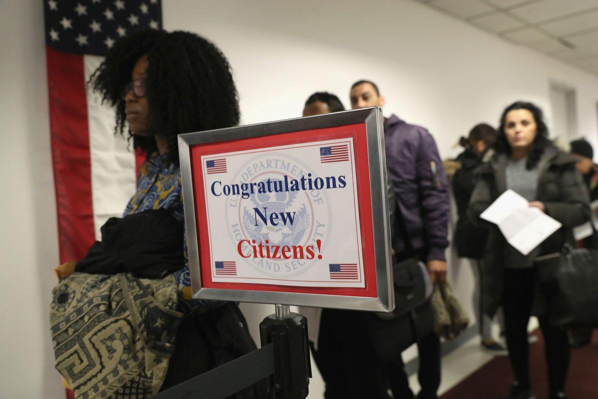 Para ser ciudadanos de EEUU, los inmigrantes deben aprobar exámenes cívico y de inglés.
