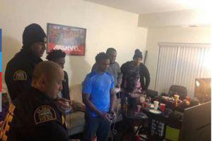 Llaman a la policía por ruido de una fiesta y los oficiales se unen a la celebración
