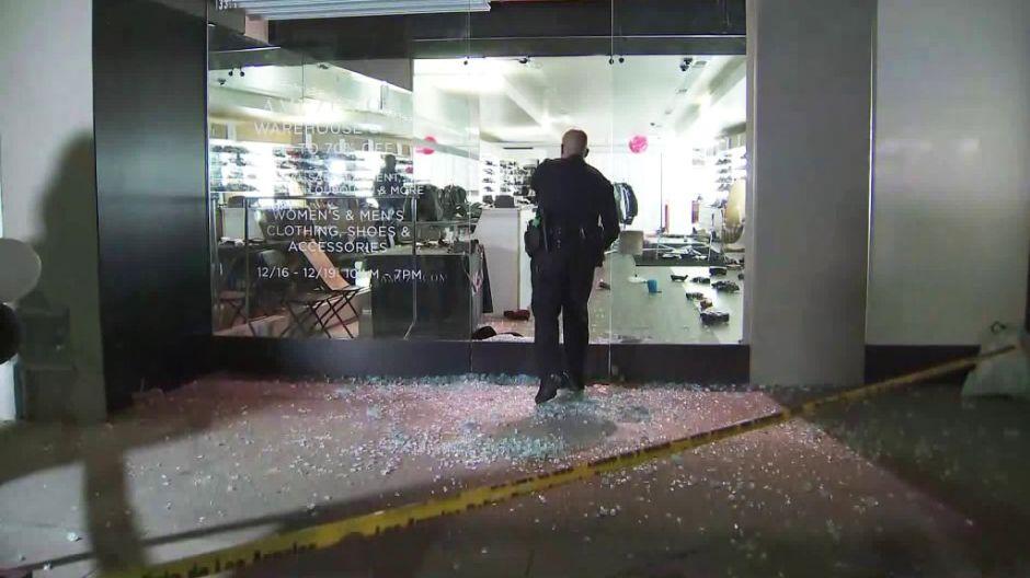 Ladrones atracan tienda de lujo con martillos y huyen con botín