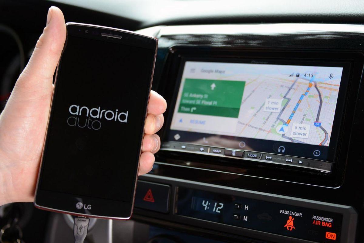 Los sistemas operativos de celulares en autos mostraron ser 24% más rápidos en llamadas telefónicas y 31% más veloces en el uso de navegación de mapas (GPS).