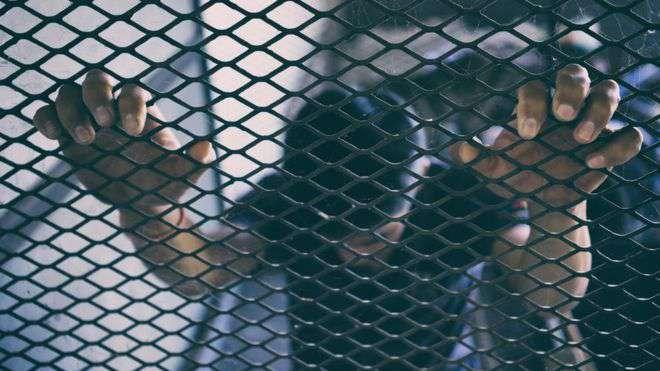 Atacan inmigrante en su casa pero la policía lo acusa de un grave delito. La verdad lo salva de la deportación
