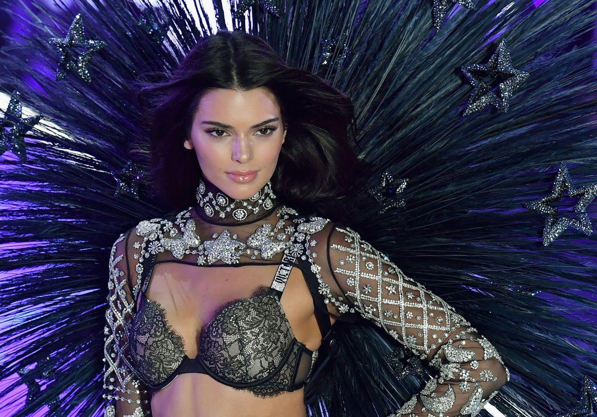 El atrevido vestido de Kenddall Jenner en la fiesta de Vanity Fair ¿sin ropa interior?