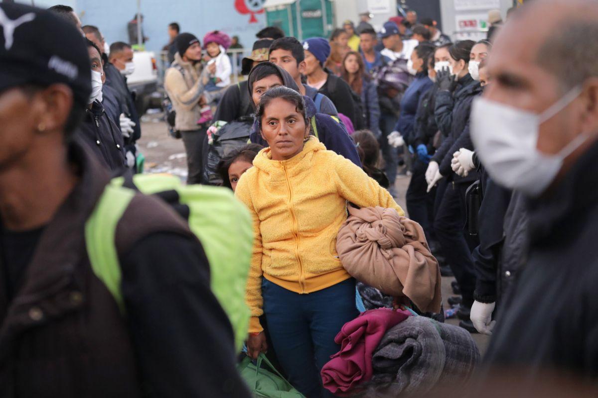 Marcados con números en las brazos inmigrantes esperan turno para solicitar asilo en la frontera