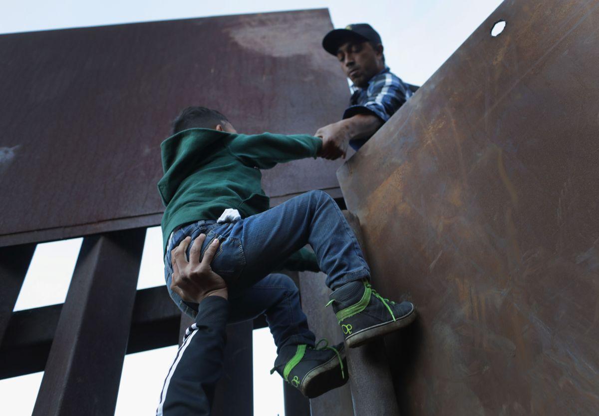 Las familias lograron cruzar la frontera.