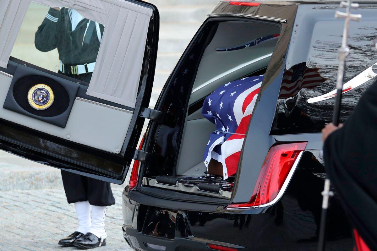 El ataúd de George H.W. Bush está siendo cargado para ser transferido fuera de la Catedral Nacional al final del funeral de estado del ex presidente de los Estados Unidos, 5 de diciembre de 2018 en Washington, DC.