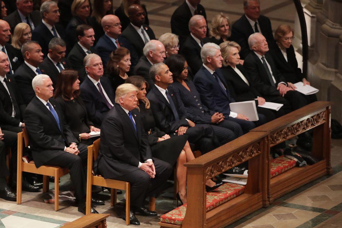 El presidente Trump y exmandatarios se sentaron en la misma fila.