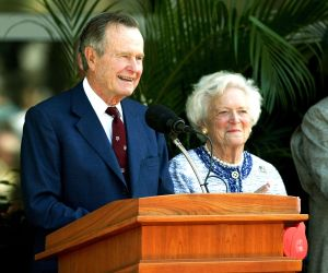 Trump y rival Jeb Bush reaccionan a muerte de su padre ex presidente