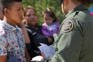 Reporte: Patrulla Fronteriza destruye a propósito galones de agua para inmigrantes en el desierto