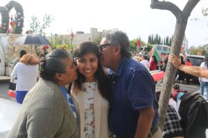 Padre e hija agradecen favor de la Virgen de Guadalupe