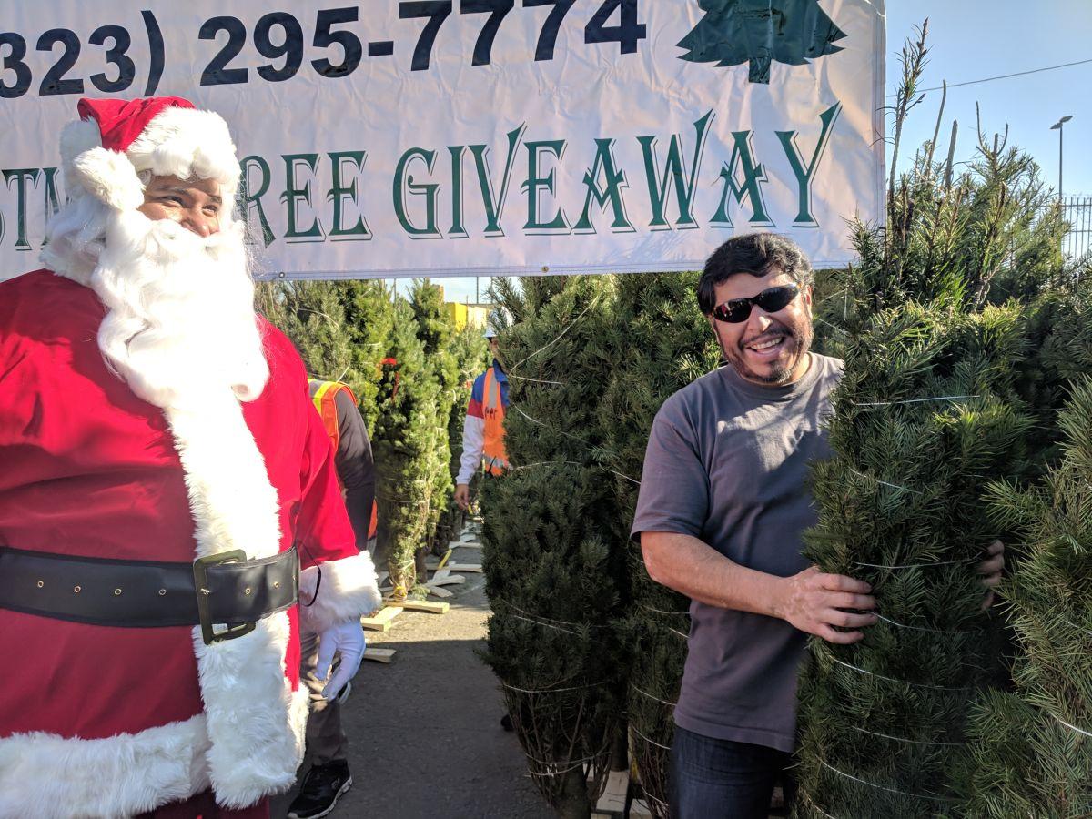 Active Recycling Co. se dio a la tarea de regalar arbolitos navideños para las personas que reciclan. (Jacqueline García)