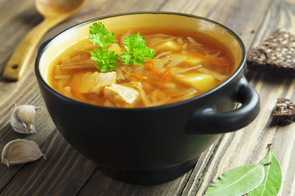 La sopa de pollo proporciona líquidos y electrolitos para prevenir la deshidratación.