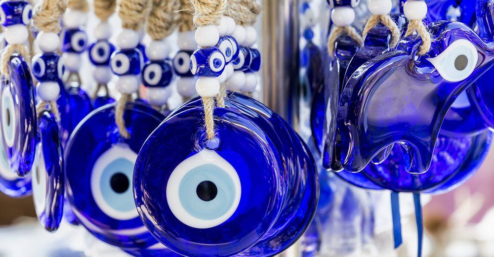 5 accesorios con amuletos para evitar el mal de ojo