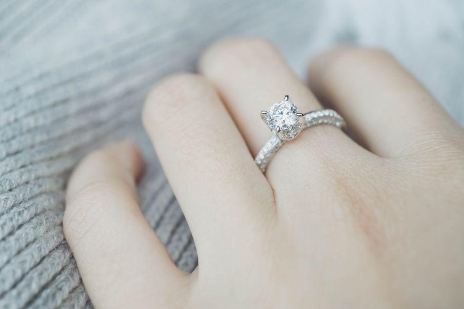 Perdió su anillo de bodas al caerse por el inodoro y lo recuperó 9 años después