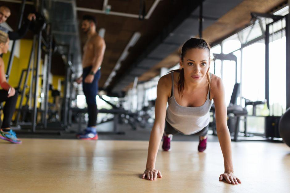 3 ejercicios que realizarás en menos de un minuto y que equivalen a hacer 100 abdominales