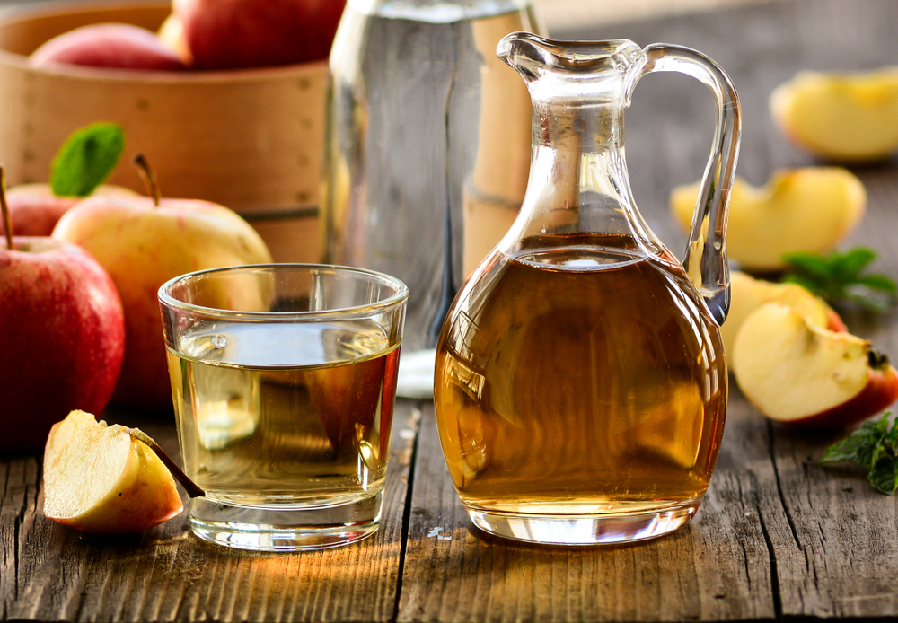 El vinagre de manzana hace que el cuerpo utilice las grasas como fuente de energía, de tal manera que acelera el metabolismo y promueve la quema de grasa.