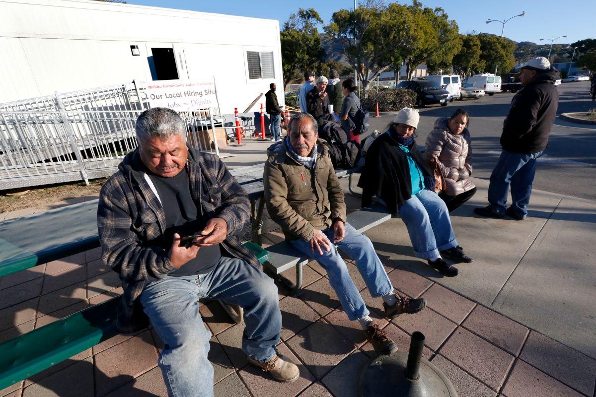 Eladio Osorio y José Paz son trabajadores que todos los días llegan al centro laboral  Malibu Community Labor Exchange Center,en busca de trabajo, que ha escaseado desde el incendio Woosley. (Aurelia Ventura/La Opinion)