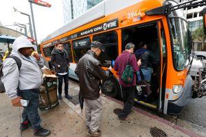 Autobuses sucios y largas esperas, quejas de los pasajeros de autobuses en Los Ángeles