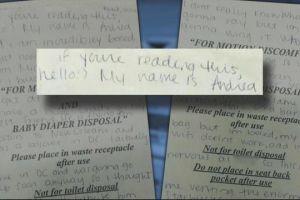 Se busca a una mujer que escribió una carta de amor y la dejó en el avión