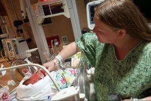 Madre da a luz a gemelos con una semana de diferencia