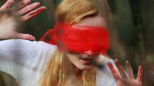 Mujer que se sacó los ojos estando drogada recibe nuevas prótesis