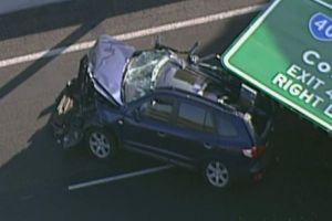 Increíble accidente: SUV en movimiento queda destruido cuando le cae un cartel en medio de la carretera