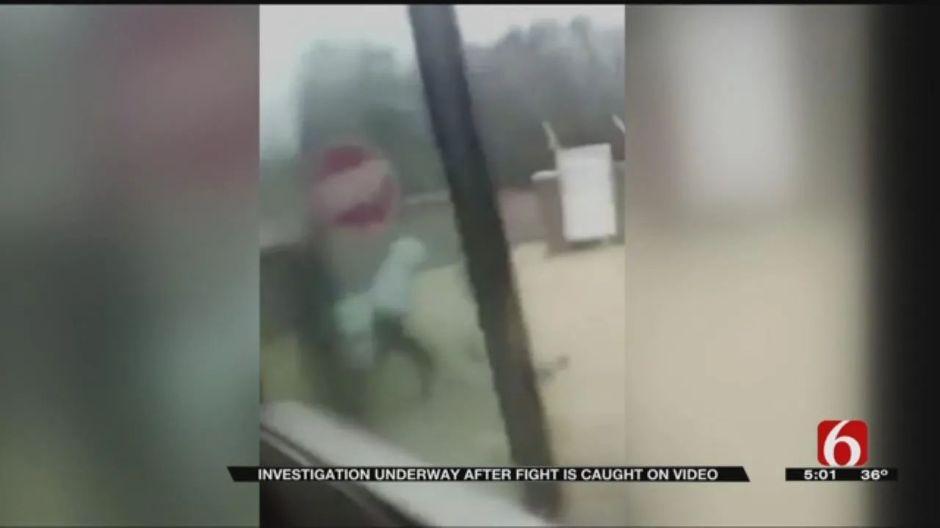 Niño sufre acoso escolar, lo bajan del autobús y le propinan paliza