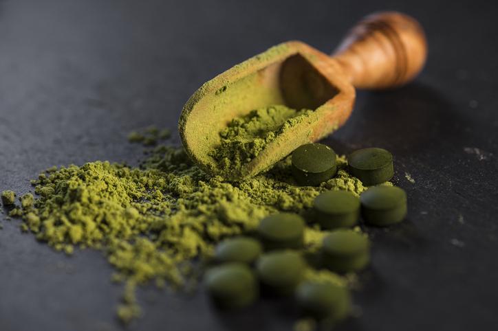 La espirulina es un poderoso antioxidante con grandes propiedades antiinflamatorias, fortalece al sistema inmunitario.