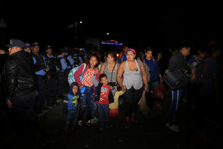 Más de 700 hondureños de caravana de migrantes cruzan a Guatemala