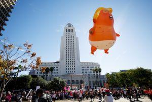 Miles participan en la Marcha de Mujeres en Los Ángeles