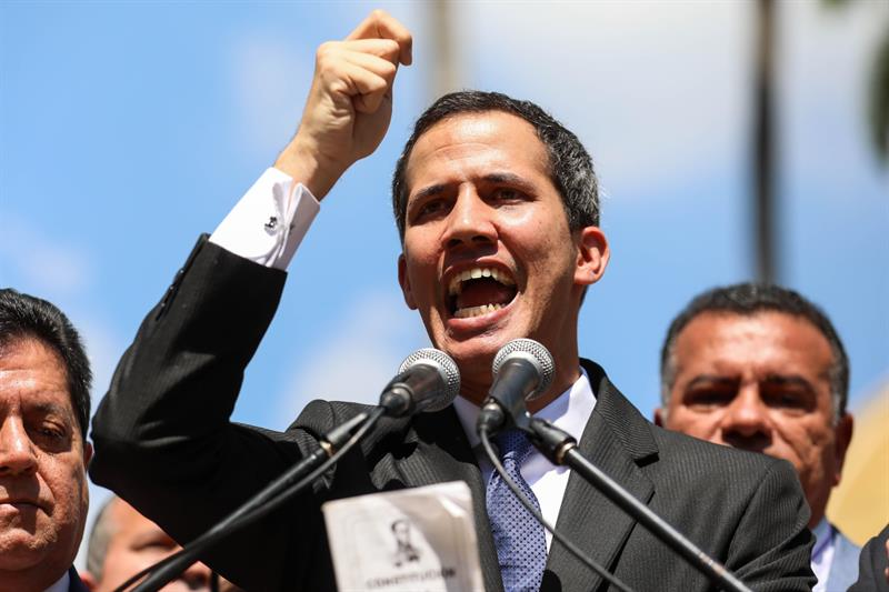 "Juan Guaidó, líder de la Asamblea Nacional, se juramenta como ""presidente interino"" de Venezuela"