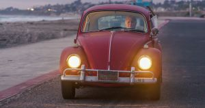 Volkswagen restaura el antiguo Beetle de una californiana en su fábrica de Puebla, en México, y su historia te cautivará