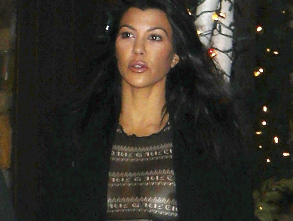 Kourtney Kardashian y el encanto de sus piernas en un mini vestido negro
