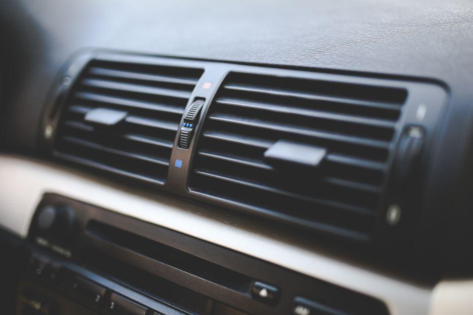 ¿Prender el aire acondicionado en el auto gasta gasolina?