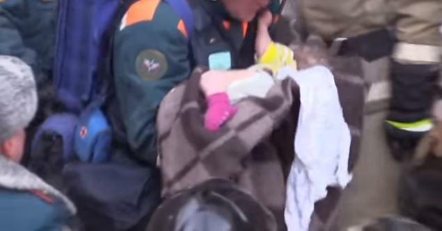 Logran rescatar a bebé que pasó 35 horas bajo los escombros de edificio colapsado en Rusia